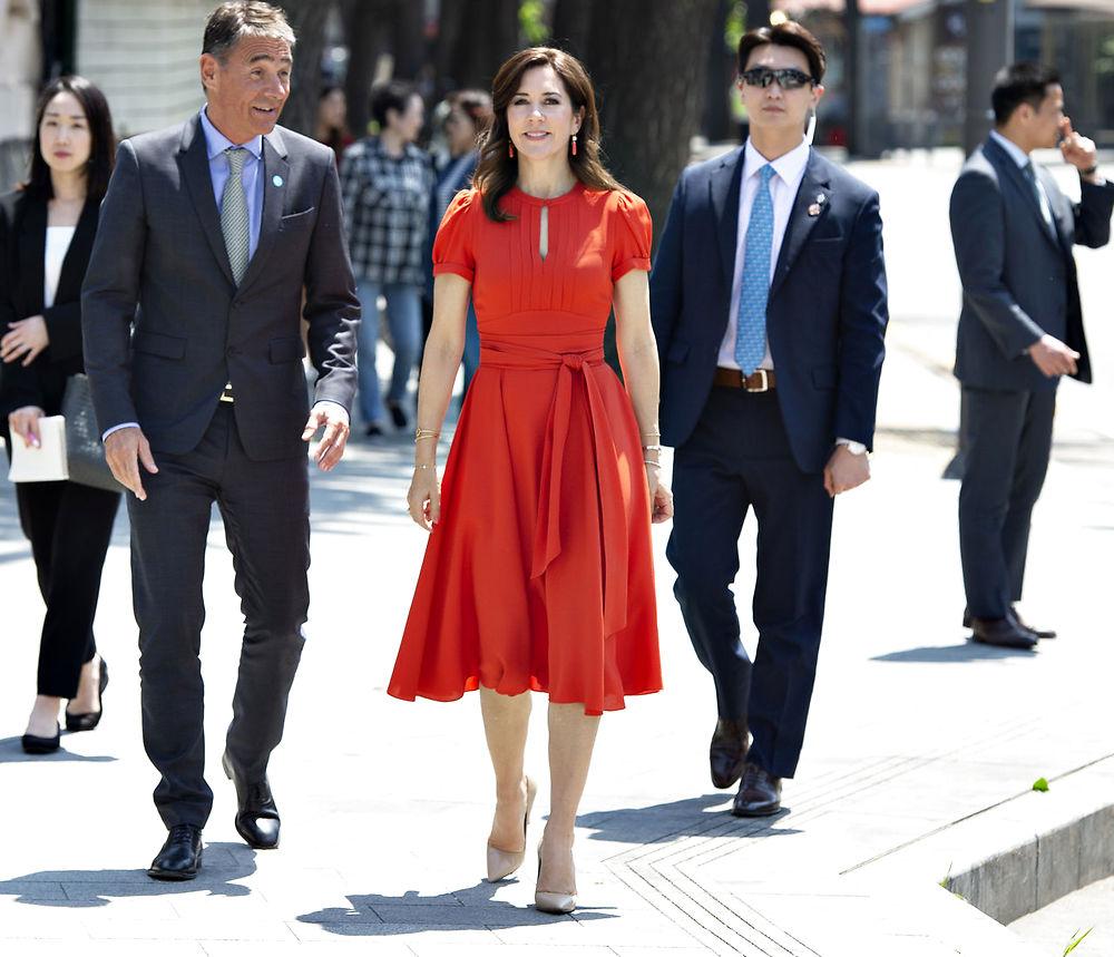 Se billederne: Mary i rød kjole stråler under besøg