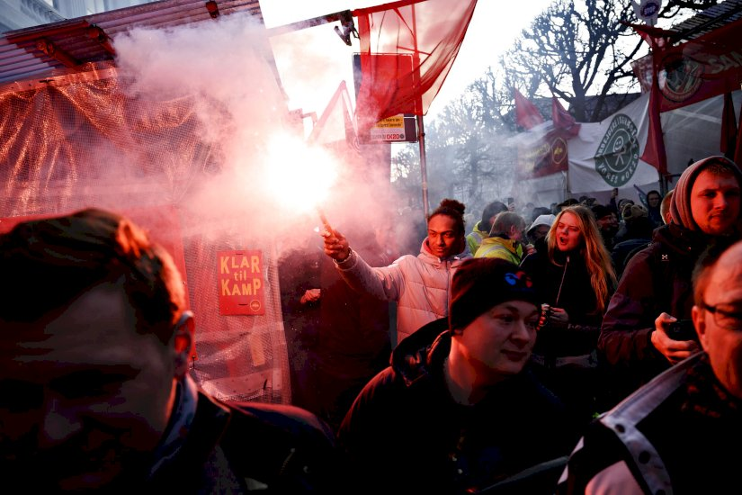 Vild aktion med romerlys: Flere hundrede demonstrerede inden højspændte forhandlinger