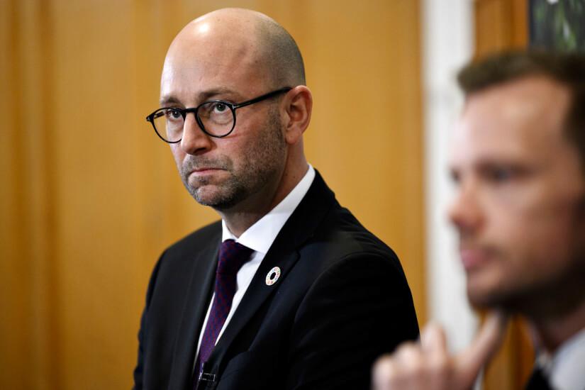 Minister vil have døde mink gravet op