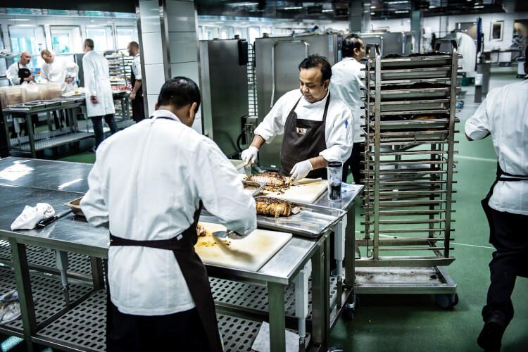 Ny OK21-aftale: Højere løn til lavtlønnede køkken- og rengøringsansatte