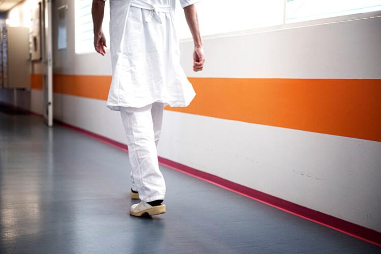 Læger i opråb: Det er forhastet, uforsigtigt og ulogisk