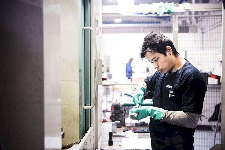 Strammere krav får færre flygtninge i job