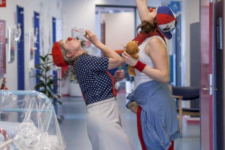 Ordnede forhold for røde næser: Ny aftale giver hospitalsklovne betalt pension og seniorordning