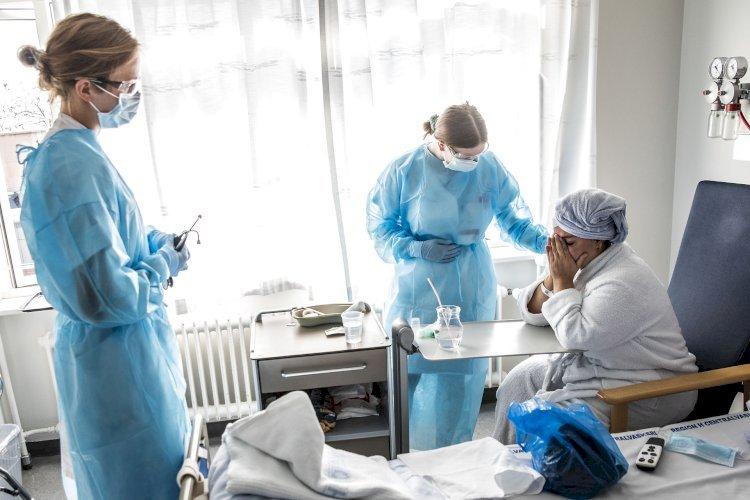 To_sygeplejersker_og_patient___lafur_Steinar_Gestsson_Ritzau_Scanpix
