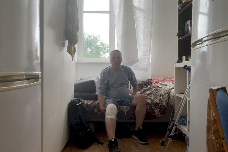 Firma nægtede at køre Jerzy på sygehus efter arbejdsulykke: Måtte vente tre dage på byggeplads med ødelagt knæ